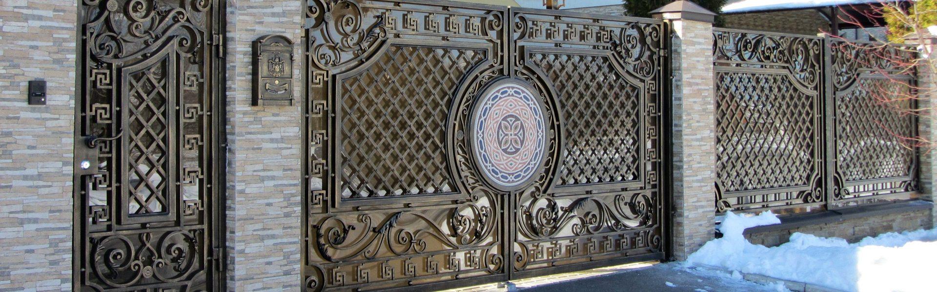 Распашные и откатные кованые ворота